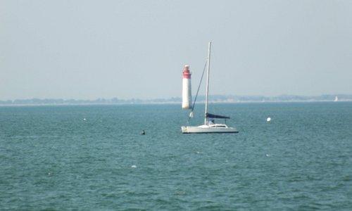 Vue du phare depuis la plage sud de Rivedoux-Plage