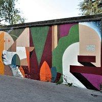 Fresque latérale de Skio qui entoure la fresque centrale de DaCruz