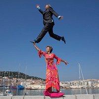 Christina et Martin Bez  de la galerie Dock Sud sur une photo tirée d'une performance sétoise  du photographe chinois Li Wei