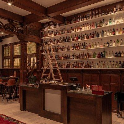 Uitgebreid assortiment distillaten, maar op de menukaart ook alcoholvrij en een beperkt assortiment bier en wijn.
