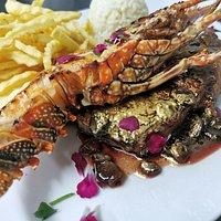Bife Angus com lagosta e molho de passas douradas