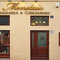 Bellissimo negozio di numismatica proprio davanti alla Questura in centro storico.
