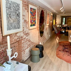 Great art at this gallery en beautiful design furniture, accessories and gifts.