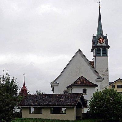 Pfarrkirche Sankt Gallus und Mauritius à Morschach (canton de Schwyz) avec l'ossuaire au premier plan.