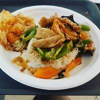 Eccoci qui, come promesso, a svelare gli ingredienti! ✅ Carne di maiale ✅ Riso ✅ Pasta di curry ✅ Peperoni ✅ Cipolla ✅ Sedano ✅ Basilico ✅ Uovo fritto con salsa di soia