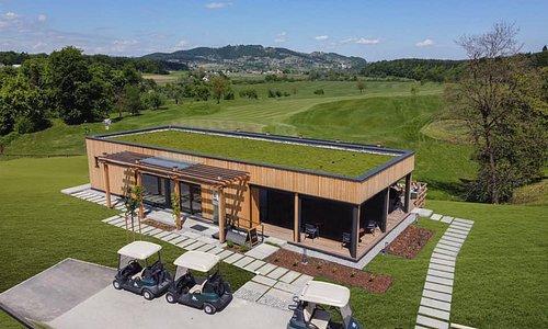 19   Podeželska hiša & Bistro s čudovitim razgledom  Devetnajstica stoji tik ob atraktivnem otoškem golf igrišču. Z velikimi steklenimi površinami očarljivo vpeta v naravno okolje je namenjena druženju gostov ter uživanju v naravi in kulinaričnih dobrotah. Tako golfistom kot drugim obiskovalcem so tu na voljo sveže pripravljene tradicionalne jedi, ki jih iz lokalno pridelanih sestavin pripravljajo grajski kuharski mojstri.