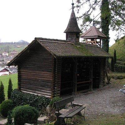 Grotte de Lourdes à proximité de Morschach. Petite chapelle en bois.