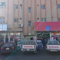 Popular market Hail(女性市場)の南側にある果物市場の、さらに東側にある精肉市場の東側の道路「Al Amir Miqrin Ibn Abdul Aziz」