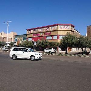 Popular market Hail(女性市場)の北側道路「King Faisal Rd」の反対側
