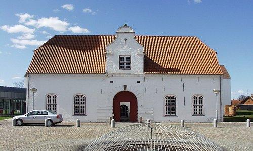 Porthuset og indgang til museet.