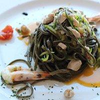 tagliolino al nero di seppia con zucchine, zenzero e tonno