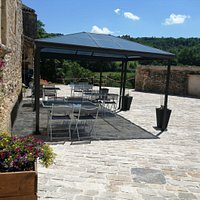Terrasse ombragée au milieu du village, sous le château de Bonaguil