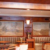 Il recupero e la valorizzazione della boiserie che riveste le pareti delle sale da tè.