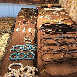 También hermosos accesorios elaborados a mano con piedras y cristales naturales