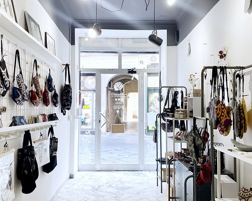 Interno dell'area vendita: borse tessili, ceramiche e prodotti naturali.
