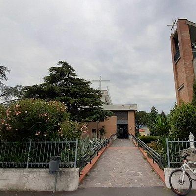 vista della moderna chiesa e del campanile