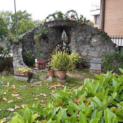 la piccola grotta con la Madonna situata nel giardino