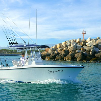 Edge water 25 cc with a Suzuki 250 hp 1-4 people max Tuna tubes Live well Gps BT estéreo Radio vhf Toilet 6-10 rods (depends how's fishing ) Nice equipment