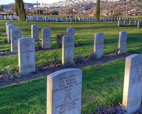 Cimitero di guerra inglese con la città di Assisi sullo sfondo