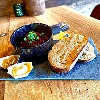 Drenthe gehaktbal uit braadjus geserveerd met twee plakken oerbrood en grove mosterd