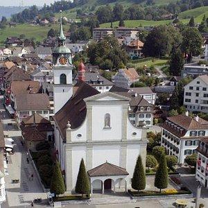 Pfarrkirche (église paroissiale) St.Peter und Paul à Kussnacht am Rigi (canton de Schwyz) - vue extérieure depuis la Seeplatz.
