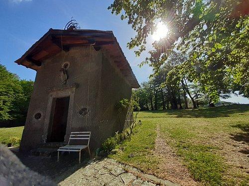 """la Cappella nei pressi dei """"pratoni"""" e dell'agriturismo"""