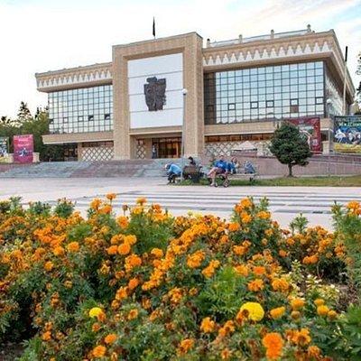 Сегодня репертуар театра включают многие пьесы русской, советской и зарубежной классики. Театр играет существенную роль в современном казахстанском театральном движении и по праву является предметом гордости жителей Шымкента.