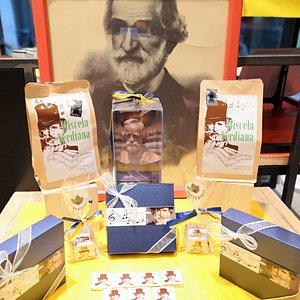 Prodotti dedicati al grande Maestro Giuseppe Verdi, sono produzioni artigianali in esclusiva per Cioccotèca. Caffè Miscela Verdiana, Busto di Verdi al cioccolato Fondente o al Latte, Napoliten fondenti 70%, Praline Sinfonie Verdiane.