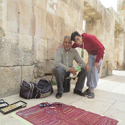 พ่อ และ ลูก ที่ขายเครื่องประดับ อยู่ บริเวณนี้ ใช้ผ้าปู กับพื้นแบบเรียบง่าย ครับ