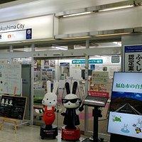 新幹線改札を出てすぐ!ももりんとブラックももりんがお出迎え!