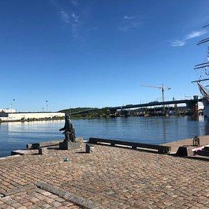 Evert Taubes staty och Barken Viking i Göteborg