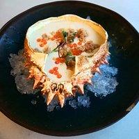 Ajo blanco de melón  y coco con carne de centollo y huevas de trucha