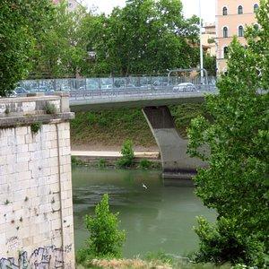 Pilone in cemento armato che sostiene il ponte