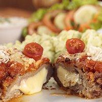 File mignon veneza ( 2 pessoas) Filé mignon rechado com queijo, bacon e pimentão, maionese caseira, arroz branco e salada.