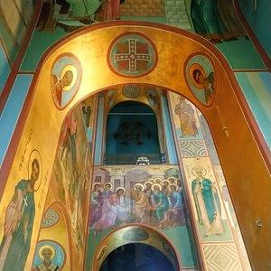 Северная стена или северный неф Георгиевского собора. Вверху видны хоры вдоль северной стены.