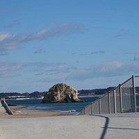 磯原海岸:スーパー堤防?からみえる二ツ島