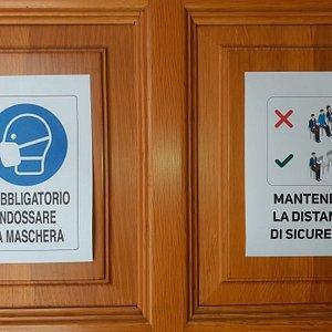 Avvisi affissi sul portone d'ingresso