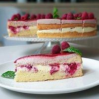 Maestral cake with raspberries