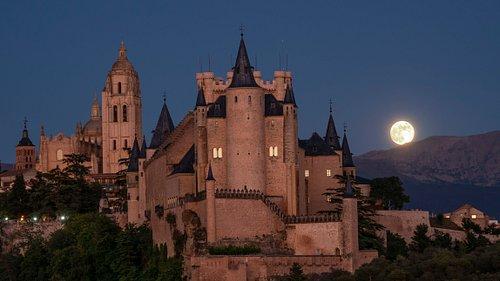 Alcázar de Segovia con la luna al fondo