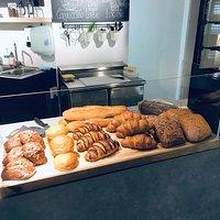 Et hyggeligt sted med lette frokostretter, brunch, kage, milkshake, iste, kaffe og meget mere🍰🥐☕️