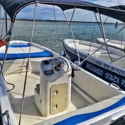 le nostre imbarcazioni a noleggio da 25 o 40 cv  possono ospitare fino a 8 persone e sono complete di tendalino, cuscineria e scaletta risalita e si possono condurre senza patente