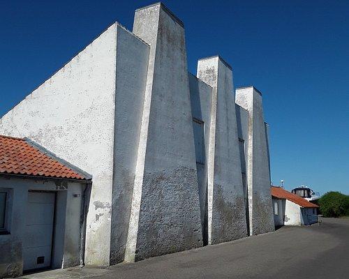 Ja, det er den fremragende arkitekt Arne Jacobsen, der her har designet et røgeri i Havnebyen på Sjællands Odde.