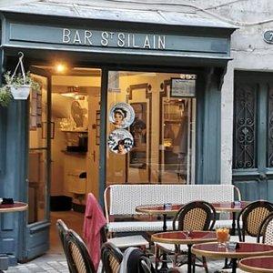 Bar typique sur la charmante place St Silain. Service chaleureux et accueillant.