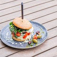 Toskana-Burger: Hähnchenbrust, Knoblauchsauce, Mozzarella, Pesto, getrocknete Tomaten, Salat, Urkornbrötchen
