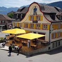 Adler Hotel, Restaurant Little Italy mit Gartenterrasse beim Adlerplatz. Aussenbar: Piaggio APE