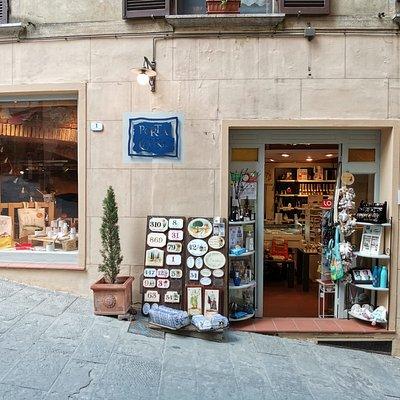 Porta della Cavina le origini di Montepulciano all'interno del negozio