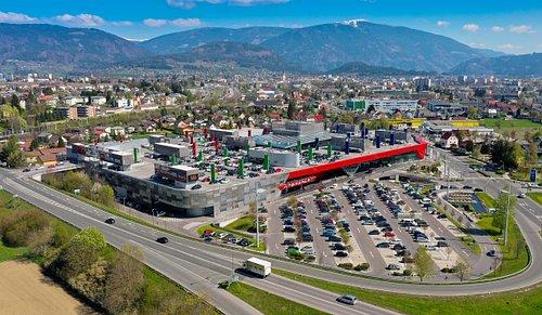 """Das ATRIO ist genau am Knotenpunkt zwischen Kärnten, Slowenien und Friaul Julisch-Venetien gelegen. Am Schnittpunkt von drei Ländern, drei Sprachen und drei Kulturen hat sich das ATRIO zu einer Plattform für die Menschen dieser Region entwickelt. Der Slogan """"shopping senza confini"""" macht das ATRIO zum einzigen thematisierten Shopping-Center Österreichs und der Alpen Adria Region. Der Begriff """"senza confini"""" kommt aus dem italienischen und bedeutet """"ohne Grenzen/grenzenlos""""."""