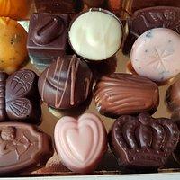 Praliner tillverkade av choklad från små kooperativ.