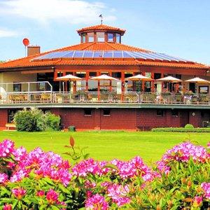 Etwas Besonderes ist auch das zwölfeckige Clubhaus im Gifhorner Golfclub: Mit seiner eigenwilligen Architektur und seiner wunderschönen Terrasse, von der sich der Blick auf drei Bahnen erstreckt, wird es auch von Nichtgolfern gern frequentiert. Im Restaurant selbst haben 120 Gäste Platz, auf der Terrasse weitere 70.  Unsere Golfanlage hier in Gifhorn nimmt in ihrer Gestaltung die sie umgehende Heidelandschaft auf und überführt diese herrliche Natur in einen sportlich herausfordernden Golfplatz,