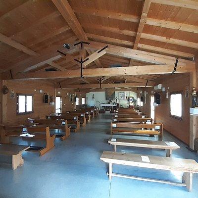 interno con travi e struttura in legno a vista